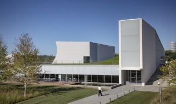 约翰•肯尼迪表演艺术中心扩建,与地景融为一体 / 斯蒂文·霍尔建筑事务所