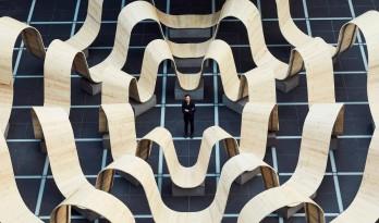 """2019 伦敦设计节波形木构装置:""""请落座"""" / 保罗•考克斯奇"""