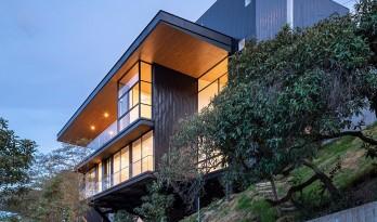 眺望山谷,嵌在陡坡上的别墅 / Endara Arquitectos