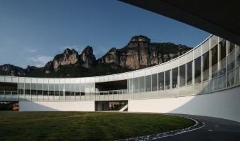 漂浮于山间的光环:武隆·懒坝美术馆 / C+ Architects