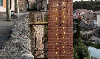 嵌于悬崖上,连接中世纪城堡与现代聚落:Gironella 历史古城新入口 / Carles Enrich