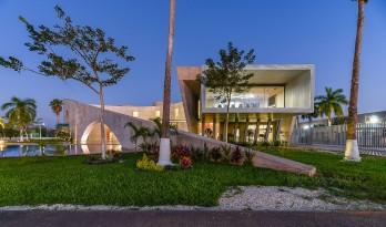 静谧而优雅,曲弧与线性几何的交错:Bepensa大楼