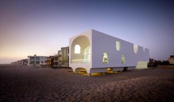 轻巧勾勒归于简,被俏皮拱形围绕的沙滩住宅 / Johnston Marklee