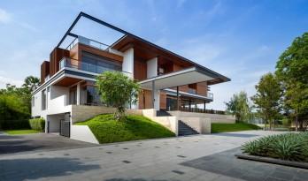 翩然出挑,温暖而质朴:泰国 Nakhon Chai Si 住宅 / Junsekino Architect and Design