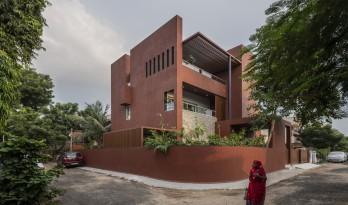 """如火一般热情,如耕牛般内敛:印度""""红盒子""""之家 / The Grid Architects"""