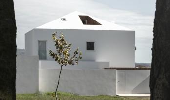 于现实的包围中仰望天空:葡萄牙 NVC 住宅 / Salworks