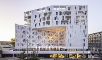 如纯白蕾丝裙般优雅圣洁:蒙特皮埃酒店综合体 / Manuelle Gautrand Architecture