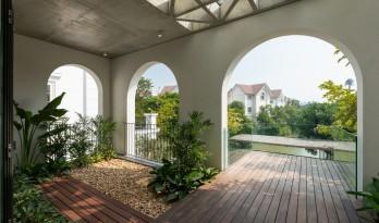 拱窗围廊下营造室内庭院:越南 AD8 别墅 / Nemo Studio
