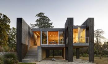 高挑桩基创造的架空体量——西北港口住宅 / Bates Masi Architects
