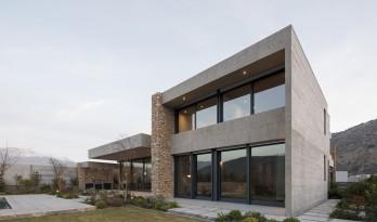 嵌入场地的巨石:Cerro la Cruz住宅 / Turner Arquitectos