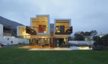 """宛如一只岩石雕刻而成的""""生活容器""""——秘鲁永久住宅 / Longhi Architects"""
