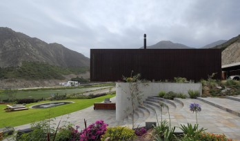 "山野乡村的有机住宅——""木盒之下"" / Martin Dulanto Arquitecto"