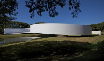 宛如一条飘逸的纯白丝带:日本移民博物馆 / Gustavo Penna