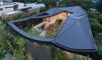 """动态绵延,自成一座山脉:韩国""""四合院"""" / IROJE KHM Architects"""
