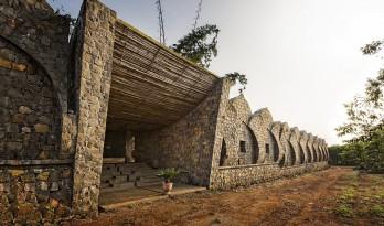 彷佛原始部落间的古堡——印度休闲度假村 / PMA madhushala