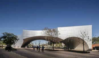 """被""""掏空""""舞动的雕塑:塞维利亚新文化中心 / Vázquez Consuegra"""