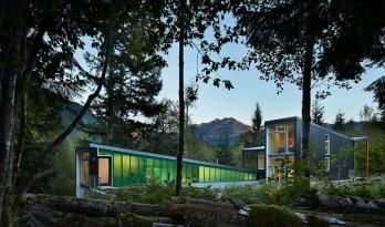 嵌入场地,干脆利落的现代居所:美国熊跑小屋 / David Coleman