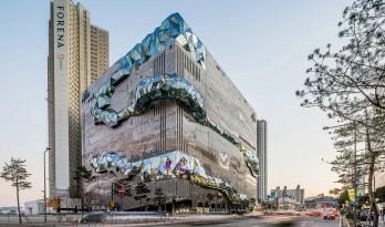 """韩国光教Galleria百货大楼,""""多面体""""玻璃通廊嵌入马赛克石头立面 / OMA"""
