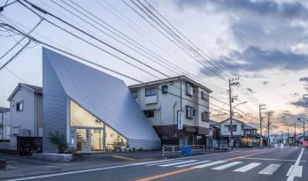 陡坡屋顶和对角线展墙的三维构图:日本8.5住宅 / DOG