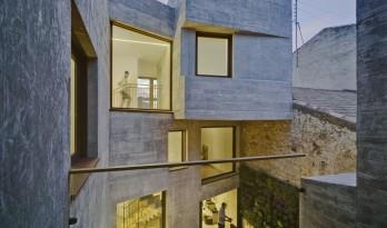 在冒险中寻求安定——西班牙狭长住宅 / La Errería