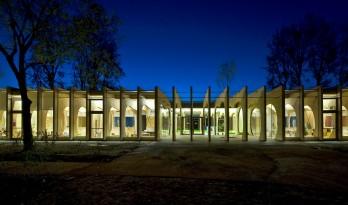 """木质骨架,鲸鱼""""腹腔"""":瓜斯塔拉幼儿园 / MCA建筑事务所"""