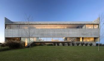 悬于地表,横向延展的阿根廷住宅 / Luciano Kruk