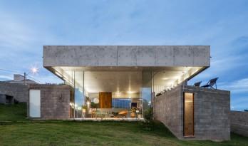 """傲娇自我的""""小钢帽"""",极简朴素的巴西住宅 / Vereda Arquitetos"""