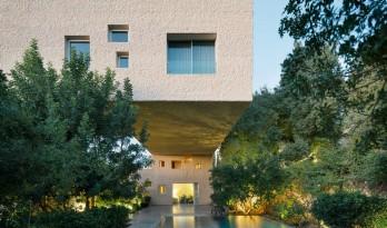 厚重体块,深挑于水面,H·萨基特住宅 / Sahel AlHiyari Architects