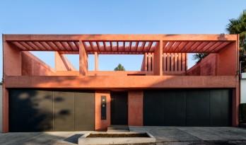 结构光影与仪式感并存:墨西哥红色混凝土住宅