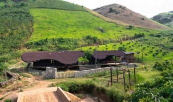波浪般屋顶下的自由乐园:越南Bó Mon幼儿园 / Kientruc O A3