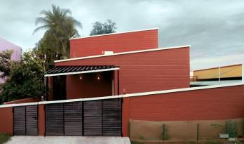 """庄重而透明,优雅而自然——印度红色""""树屋"""" / PG Associates"""