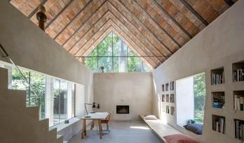 裸露砖砌天花下的禅意小屋