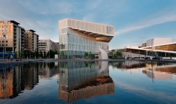 """雾色幕墙下,安享日光浴:挪威图书馆""""Deichman"""""""