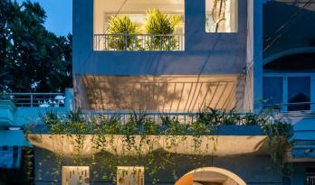 绿植点缀垂直天井,活力与静谧美感的平衡:越南V别墅