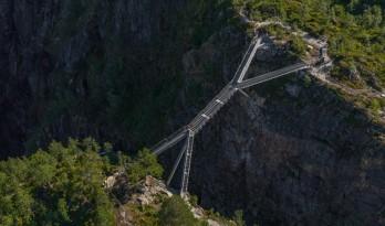 长150英尺,横跨瀑布深渊:挪威Vøringsfossen阶梯桥