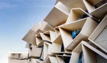 """多变折叠板拼成""""蜂窝""""般立面:伊朗绿地会议中心展览楼"""