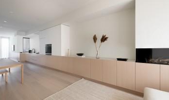 波顿住宅:木质长橱柜贯通于细长空间 / StudioAC