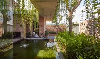 闲赏庭院,静观游鱼:越南绿幕住宅 / HGAA