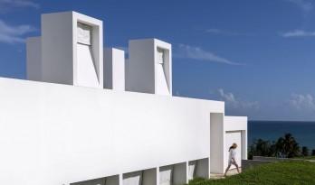 """波多黎各白色""""烟囱""""住宅:一半封闭,一半外向 / FUSTER + Architects"""
