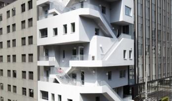 """荒川大厦,交叠楼梯以纯""""凹造型""""的居住办公大厦 / 日建设计"""