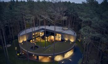 融入松林中的圆形木屋 / Mobius Architekci