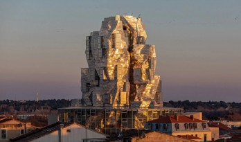 Frank Gehry新作揭幕:不锈钢包层的新地标
