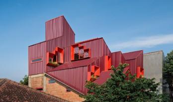 '逐步堆叠' 红区寄宿公寓 / Ismail Solehudin Architecture