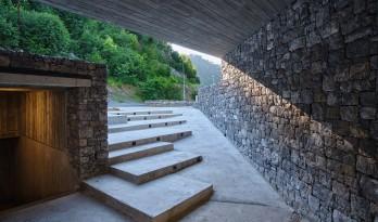 隐蔽式建构,宗古尔达克洞穴游客中心 / Yalin Architectural Design