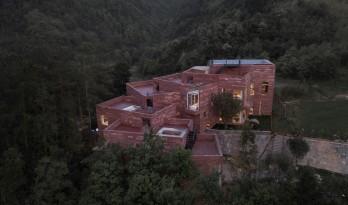 高山流水  松林里的红色石屋 / 素建筑设计事务所