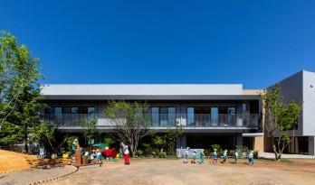 EZ 幼儿园,阶梯空间搭建趣味游戏场所 / 日比野设计 + Kids Design Labo
