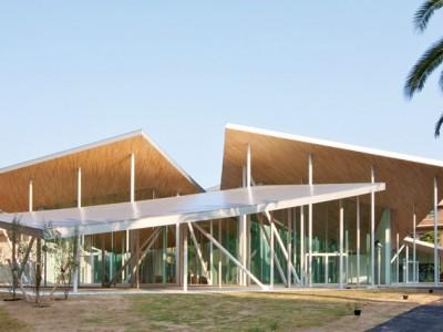 钢结构屋顶下的玻璃空间,日本福武顺子礼堂