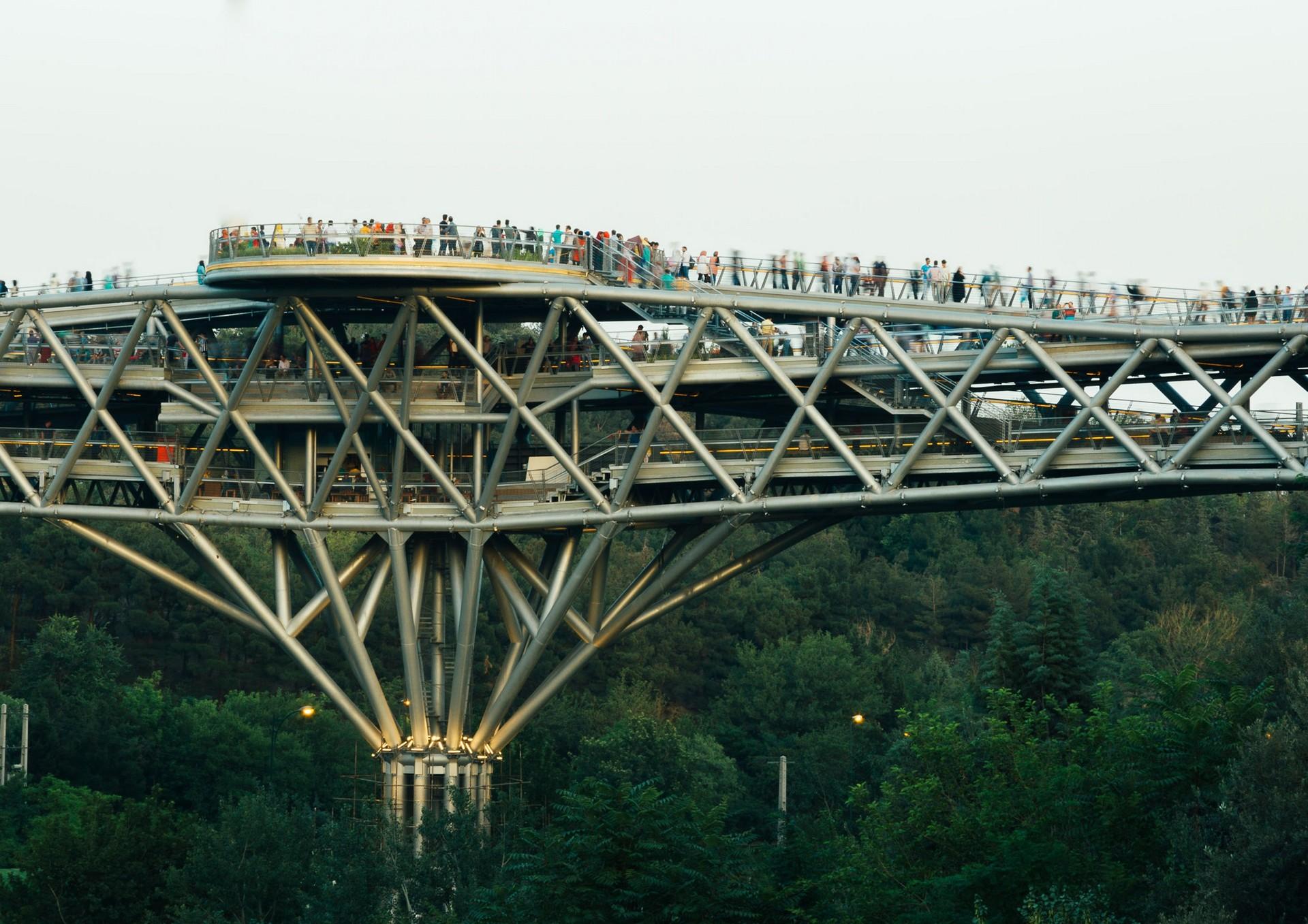 结构如同建筑般具有深度,三维立体的桁架能让游客在晴天或者雨天都有