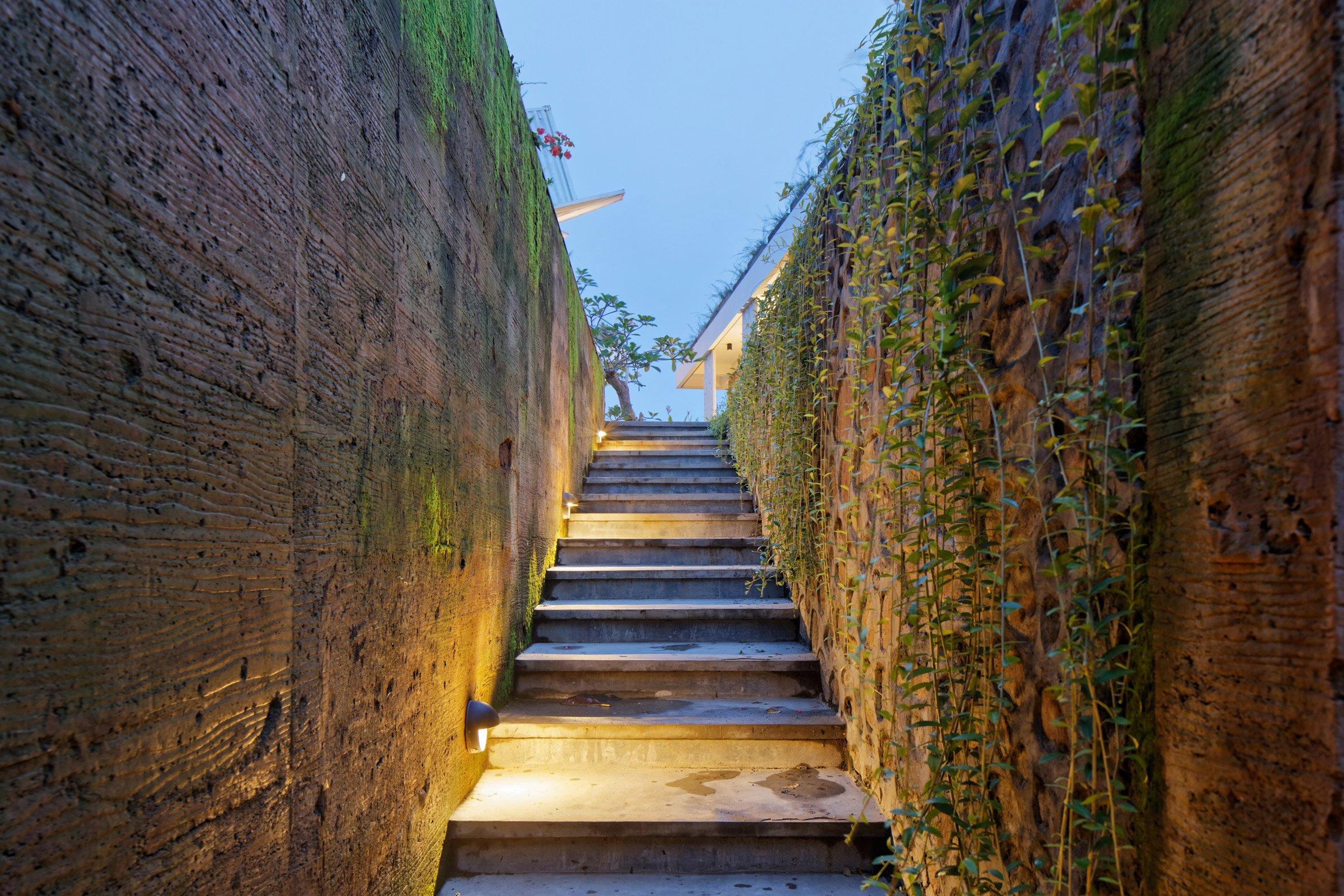 clay-house-budi-pradono-architects-architecture_dezeen_2364_col_11-1704x1136.jpg