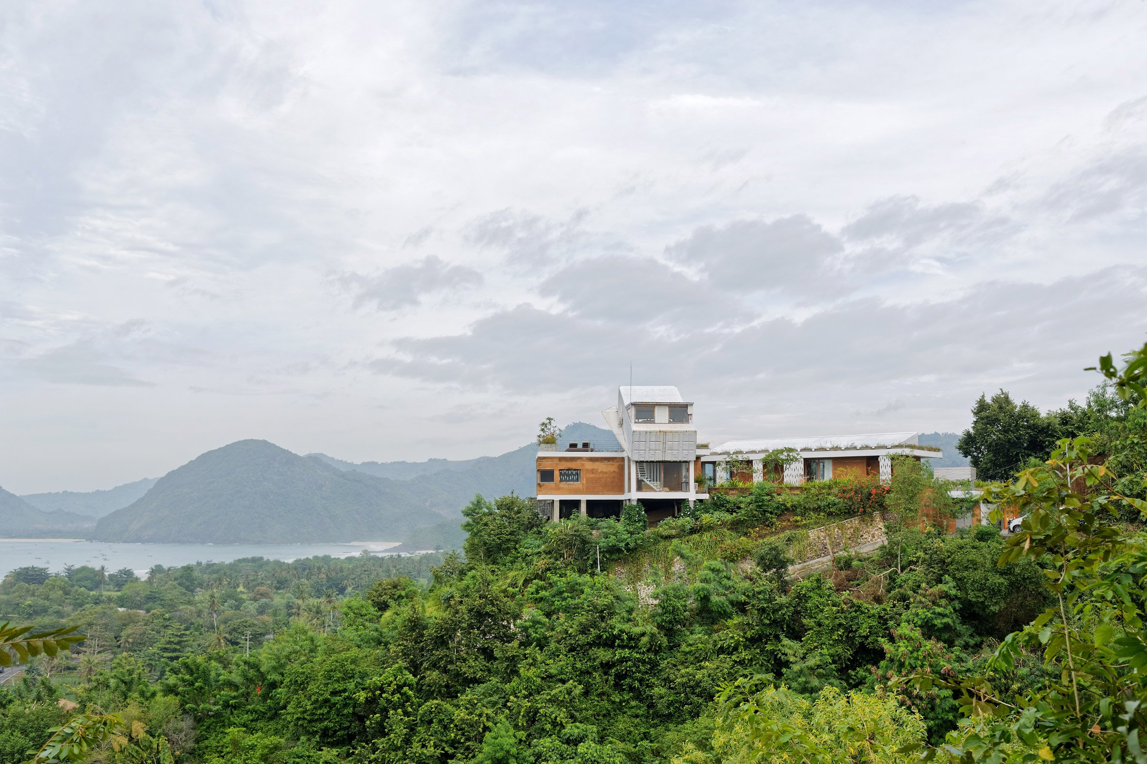 clay-house-budi-pradono-architects-architecture_dezeen_2364_col_6.jpg